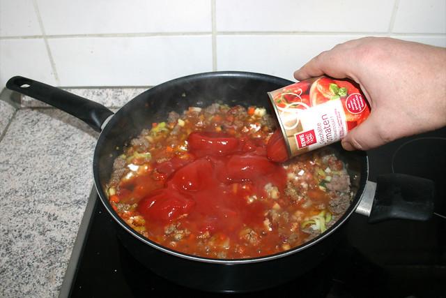 24 - Add peeled tomatoes / Geschälte Tomaten dazu geben