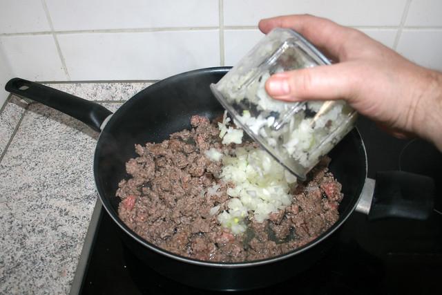 12 - Add onion / Zwiebel addieren