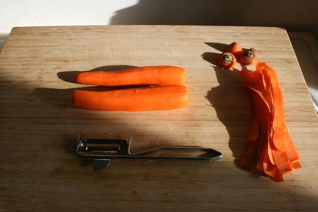 05 - Peel carrots / Möhren schälen