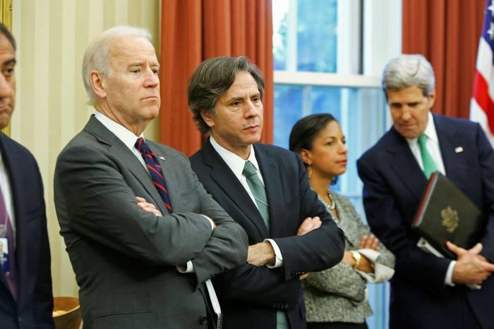 當選美國總統的拜登任命布林肯(左二)為國務卿。(圖片來源:Jonathan Ernst/Reuters)