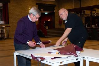 201123-001a Vrijwilligers Dré en Niek, restauratie barkrukken