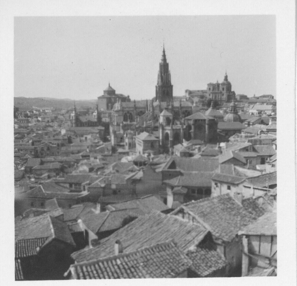 Catedral y tejados del caserío toledano hacia 1933. Fotografía de Fernando García Mercadal © Fundación Arquitectura COAM