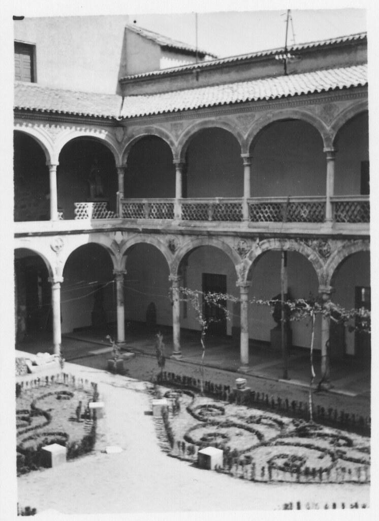 Jardines del Hospital de Santa Cruz en su conversión a Museo hacia 1933. Fotografía de Fernando García Mercadal © Fundación Arquitectura COAM