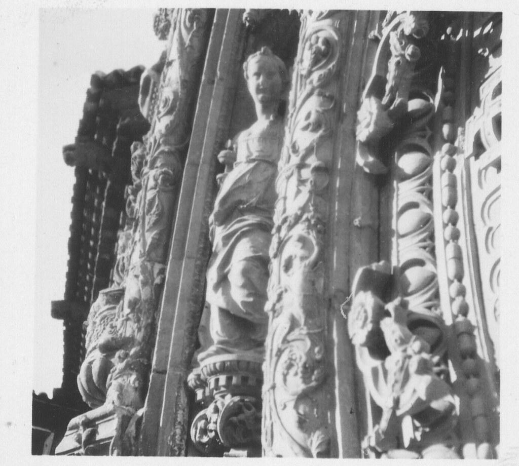 Filigranas de piedra en la portada del Hospital de Santa Cruz hacia 1933. Fotografía de Fernando García Mercadal © Fundación Arquitectura COAM