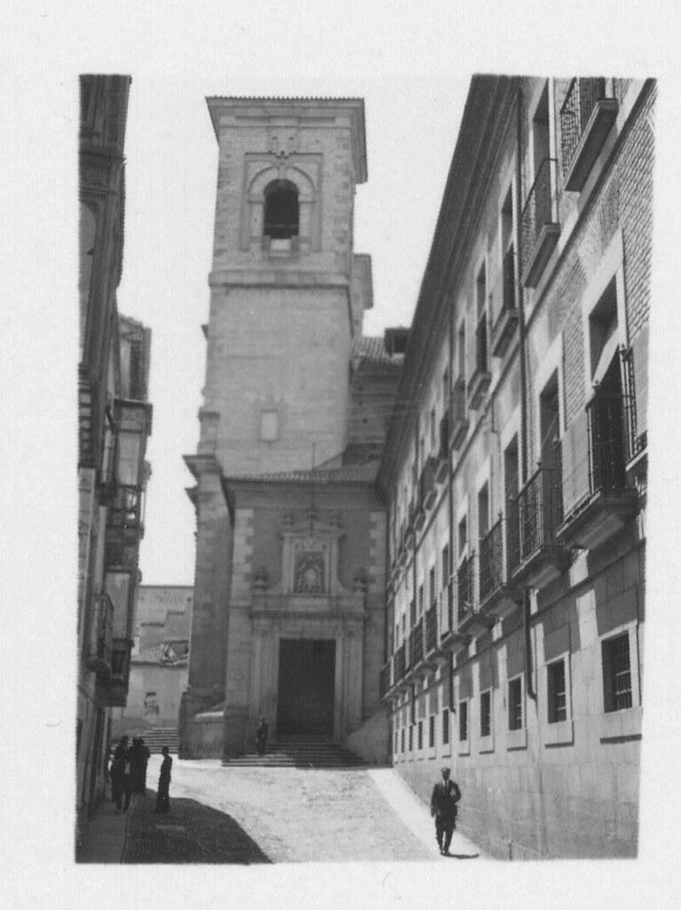 Iglesia de san Ildefonso (los Jesuitas) y acceso a la Delegación de Hacienda hacia 1933. Fotografía de Fernando García Mercadal © Fundación Arquitectura COAM