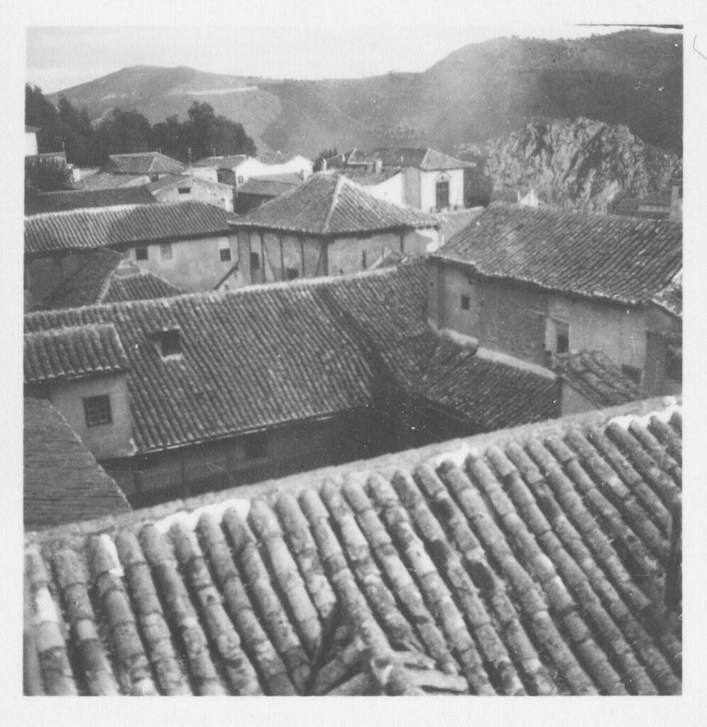 Tejados del caserío toledano, con el cerro del Bu al fondo, en los años 30. Fotografía de Fernando García Mercadal © Fundación Arquitectura COAM