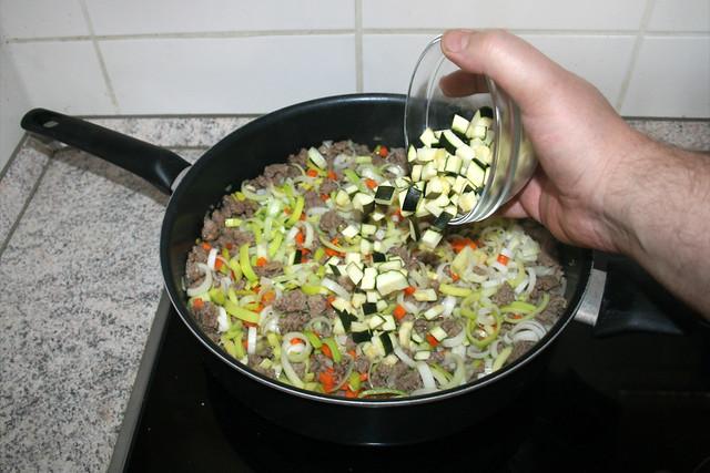 18 - Add zucchini / Zucchini addieren