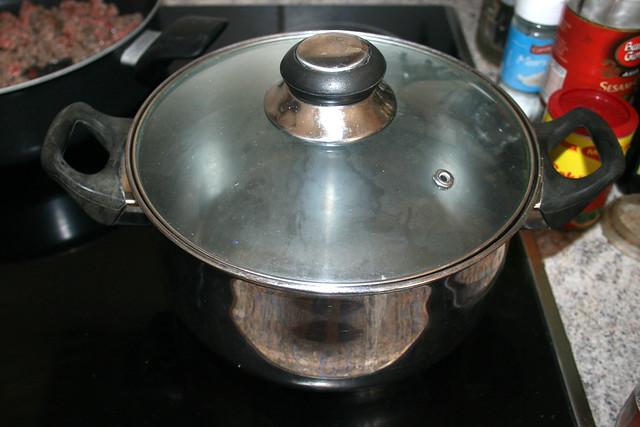 11 - Bring water in pot to a boil / Wasser für Nudeln aufsetzen