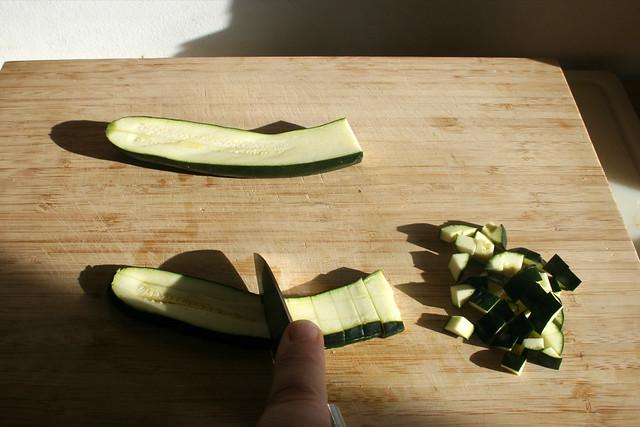 04 - Dice zucchini / Zucchini würfeln