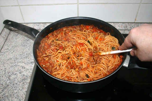 32 - Mix spaghetti and sauce / Spaghetti mit Sauce vermischen