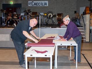 201123-004a Vrijwilligers Dré en Niek, restauratie barkrukken
