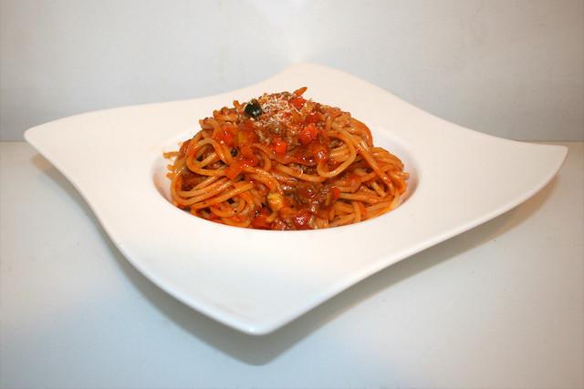 34 - Spaghetti in vegetable mincemeat tomato sauce - Side view / Spaghetti in Gemüse-Hackfleisch-Tomatensauce - Seitenansicht