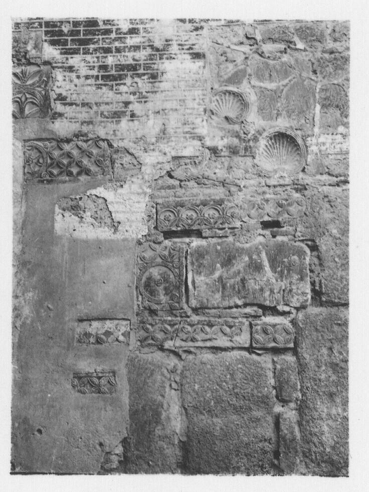 Relieves visigóticos de San Ginés hacia 1933. Fotografía de Fernando García Mercadal © Fundación Arquitectura COAM