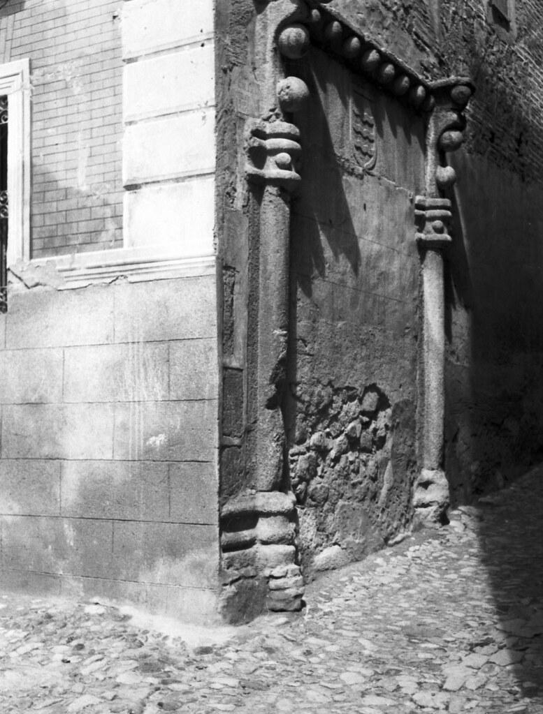 Portada en el callejón del Naranjo hacia 1933. Fotografía de Fernando García Mercadal © Fundación Arquitectura COAM