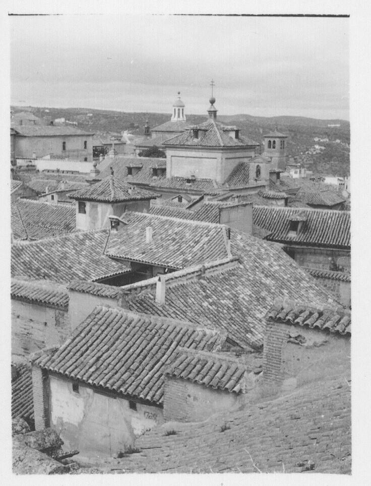 Vista de varios conventos e iglesias y los tejados del caserío toledano hacia 1930. Fotografía de Fernando García Mercadal © Fundación Arquitectura COAM