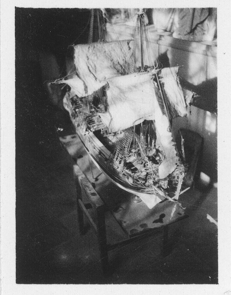 Maqueta de un barco antiguo en Toledo hacia 1930. Fotografía de Fernando García Mercadal © Fundación Arquitectura COAM