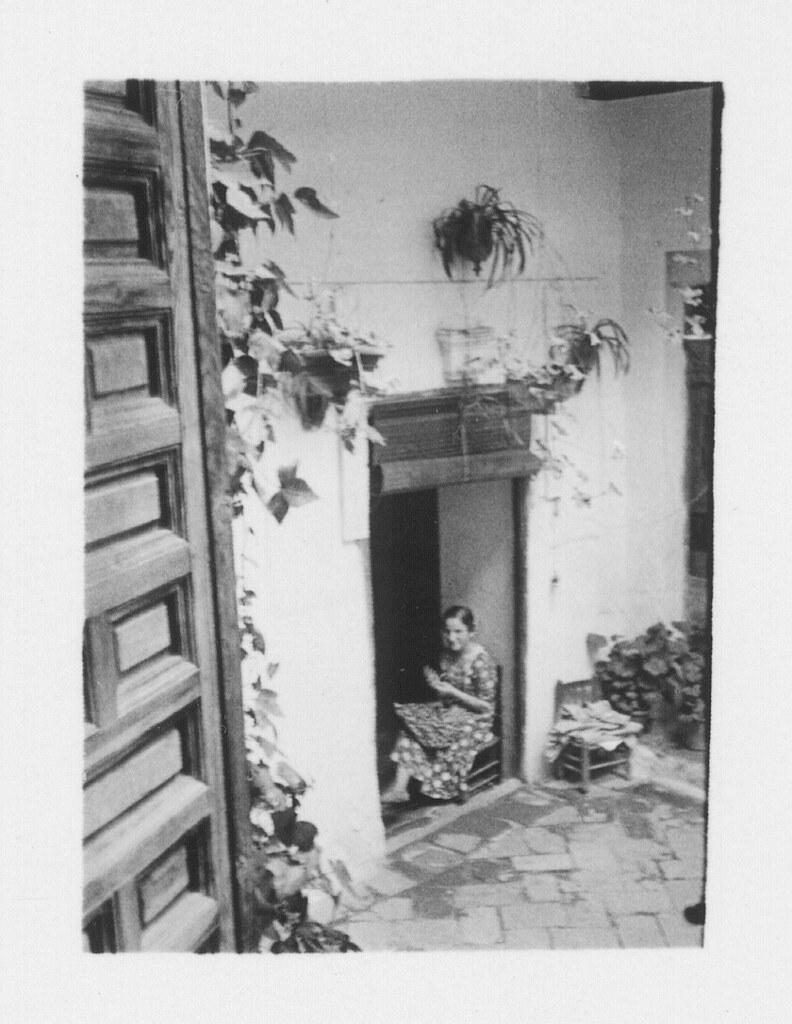 Una mujer en un patio toledano hacia 1933. Fotografía de Fernando García Mercadal © Fundación Arquitectura COAM
