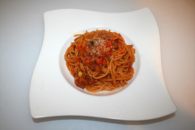 33 - Spaghetti in vegetable mincemeat tomato sauce - Served / Spaghetti in Gemüse-Hackfleisch-Tomatensauce - Serviert