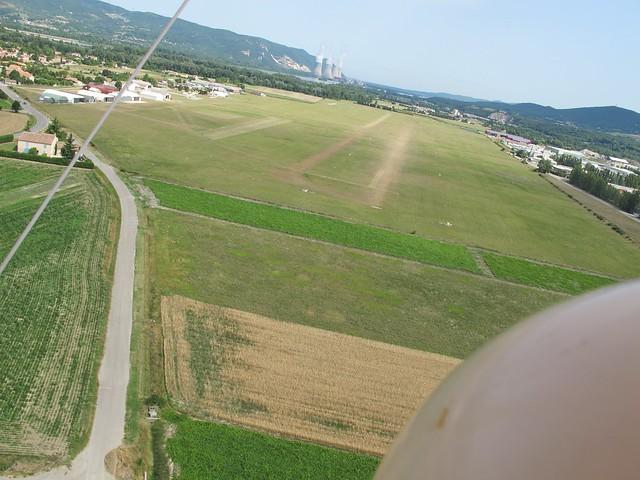 Pierrelatte Anciens Aérodromes piste herbe centrale approche finale