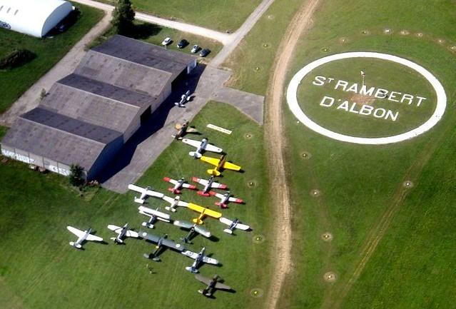 Aérodrome de Saint-Rambert-d'Albon piste en herbe avions hangars vus du ciel