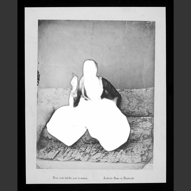 186--Dame arabe habillée pour la maison-0