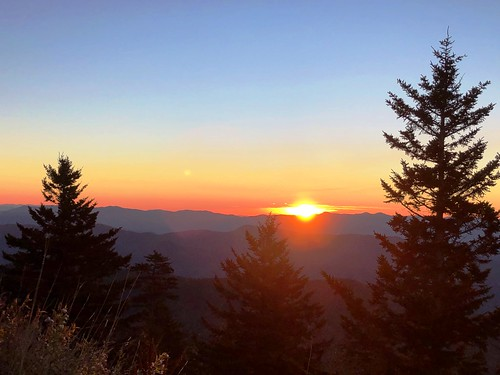 sun sunrise dawn mountains ridges ridgelines daybreak orange purple silhouette smokies gsm greatsmokymountains gsmnp greatsmokymountainsnationalpark nationalpark fall autumn october clear crisp view vista clingmansdome nc northcarolina iphone jennypansing