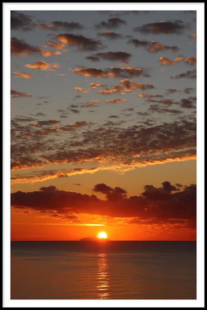 Lever de soleil sur l ile de Montecristo , depuis Bastia .