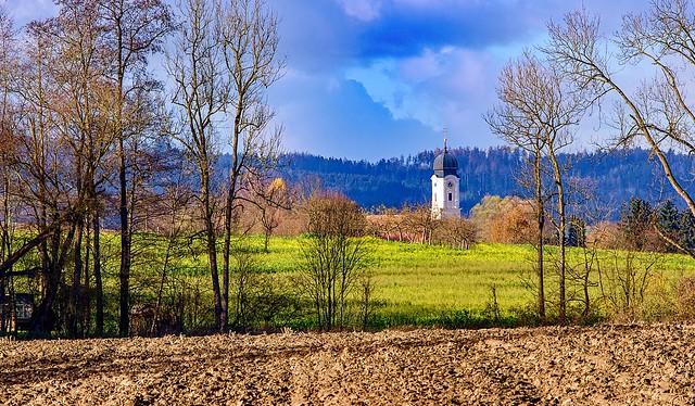 Herbstlandschaft, mit Blick auf dem Kirchturm der Pfarrkirche St. Martin von Tettenweis. Tettenweis Ist eine typische Landgemeinde im unteren Rottal, innerhalb des niederbayerischen Bäderdreiecks, Bad Griesbach.