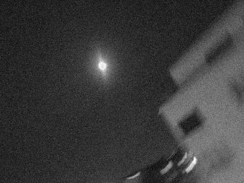 J 25 bis la lune bouge lentement mais elle traverse la ville