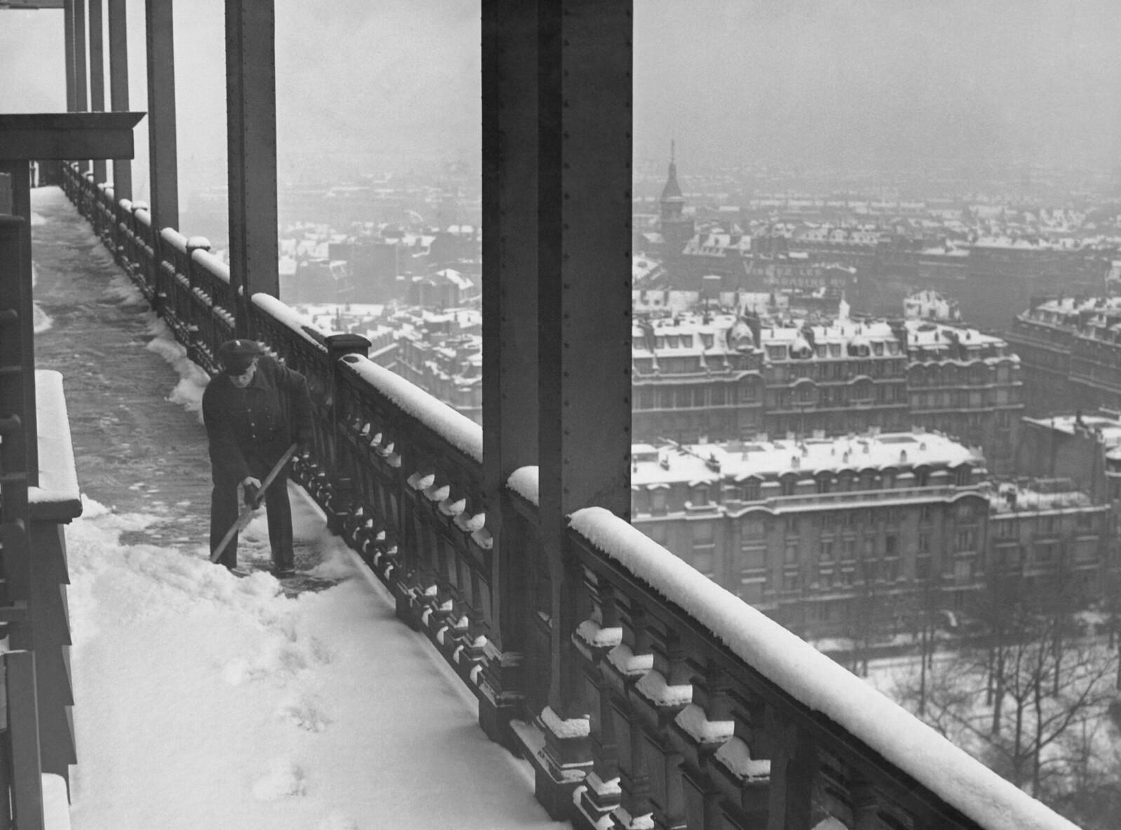 19. 1937. Уборщик снега с первого этажа Эйфелевой башни, 21 декабря