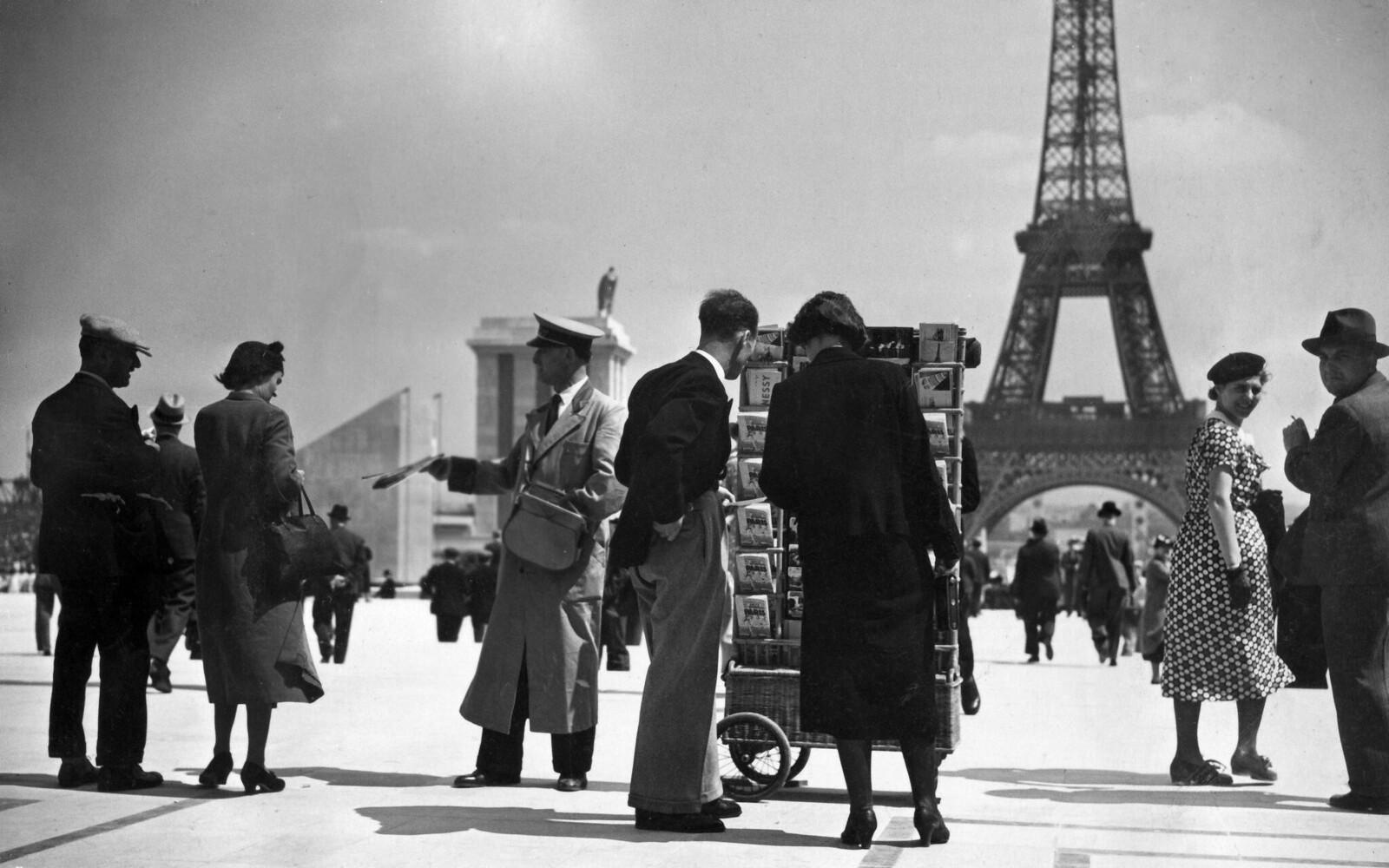 13. 1937. Туристы возле Эйфелевой башни