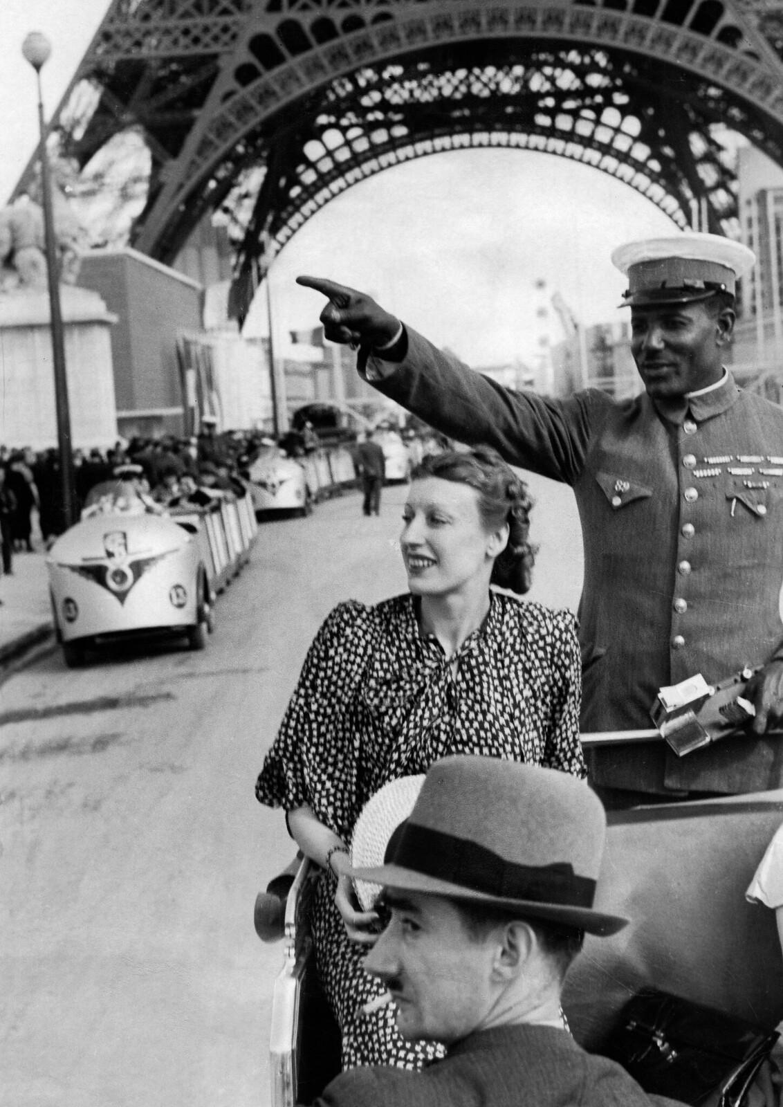 12. 1937. Экскурсия на туристическом поезде, на заднем плане Эйфелева башня