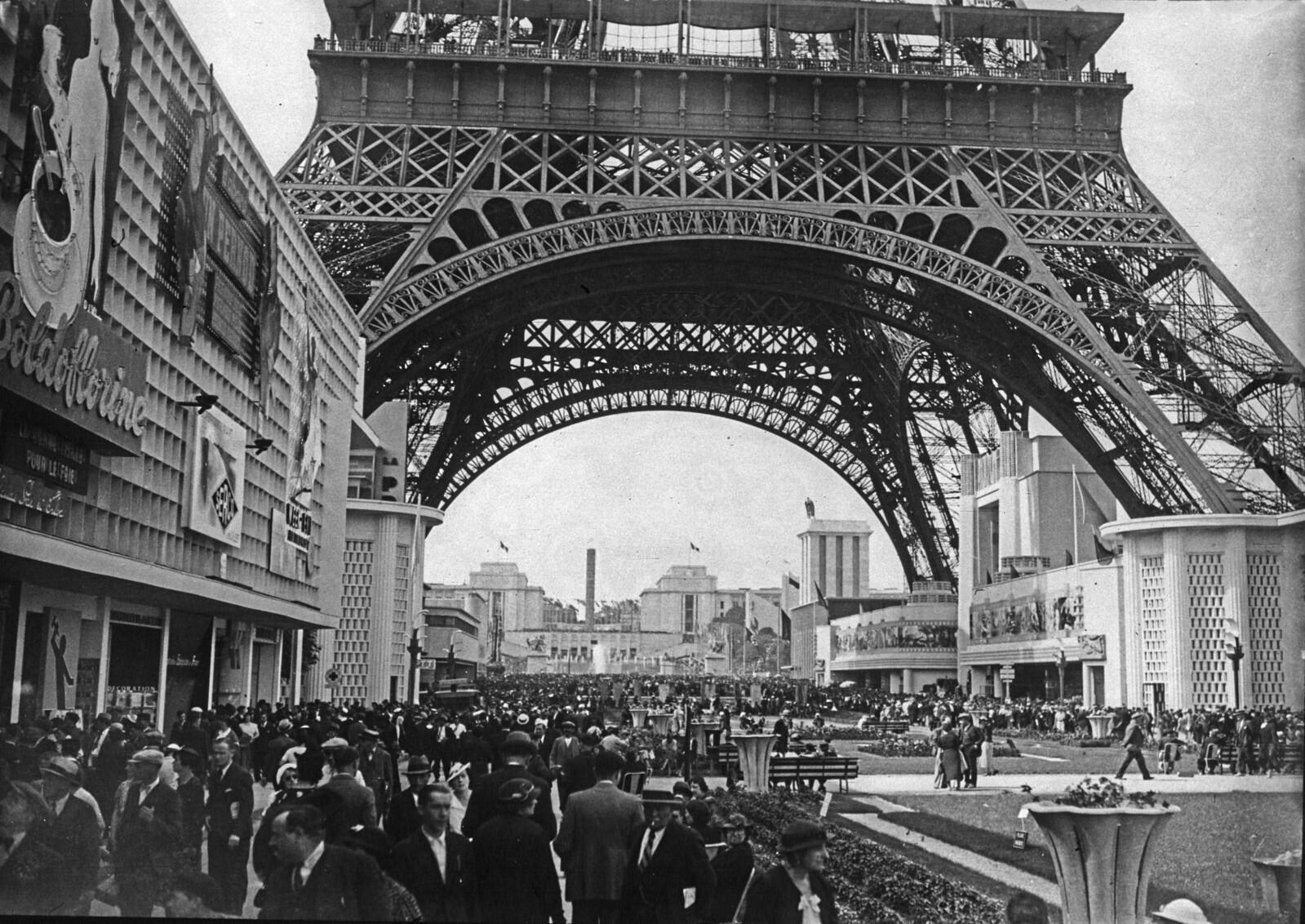 08. 1937. Толпа посетителей под Эйфелевой башней в день открытия Выставки
