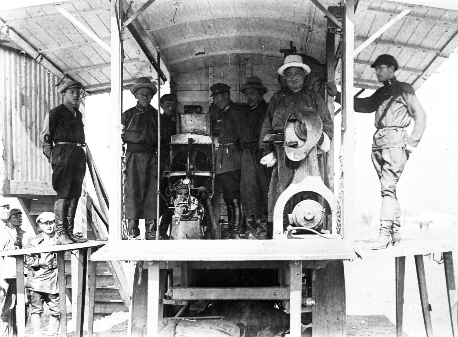 19. 1920-е. Премьер-министр Монголии Церендорж (второй справа) и будущий премьер-министр Генден (стоит за Церендоржем)