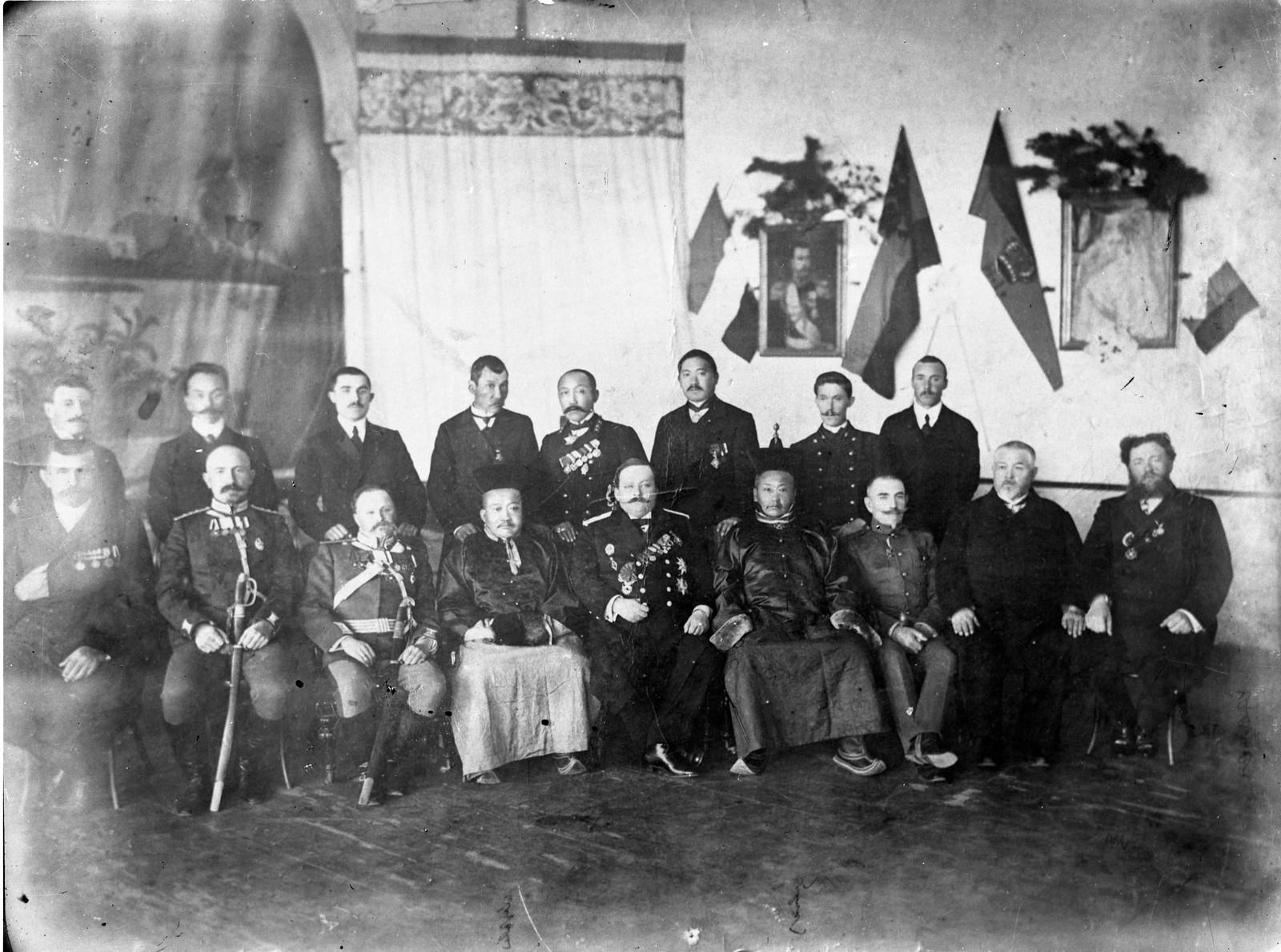 12. 1913. Министр иностранных дел Монголии Ханддорж(четвертый слева в первом ряду) в России