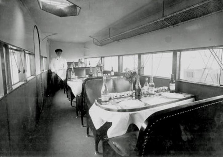 Intérieur de la cabine de l'avion de transport commercial Lioré et Olivier LéO 212 Tables restaurant volant Ligne Paris-Londres Air Union
