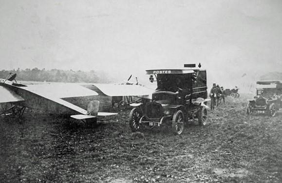 Véhicules automobiles postes Anciens Aérodromes aéroplane monoplan transport aérien postal aviation