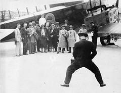 Photo de groupe au pied de l'avion