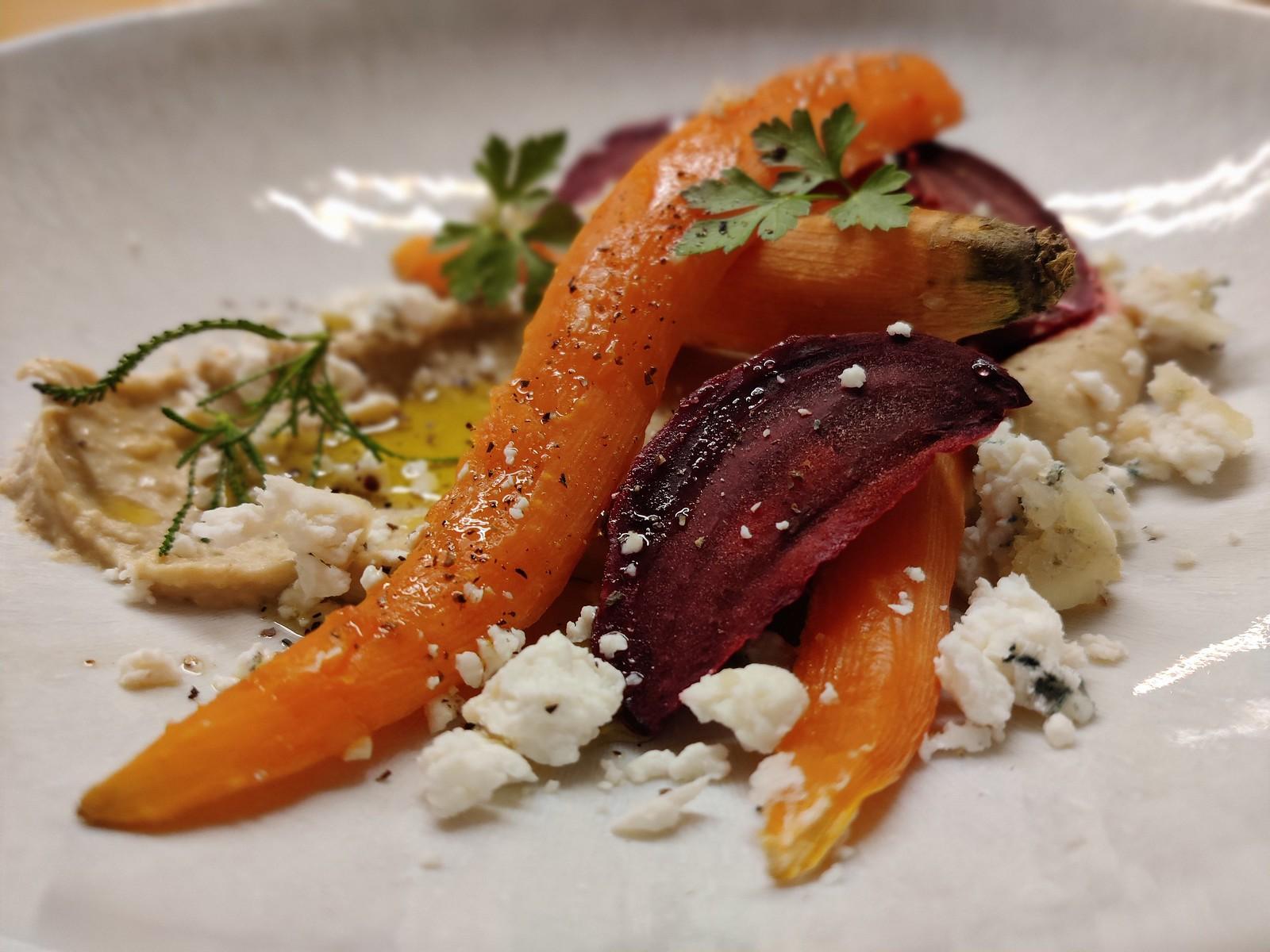 Meersalz-Gemüse mit warmem Hummus und Graukäse