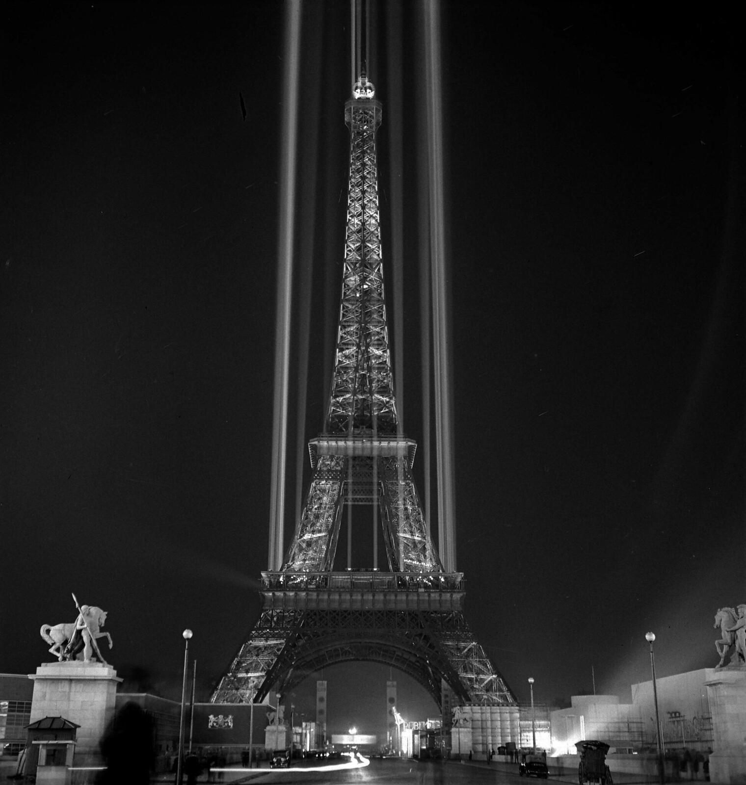 15. 1937. Всемирная выставка. Ночная подсветка Эйфелевой башни
