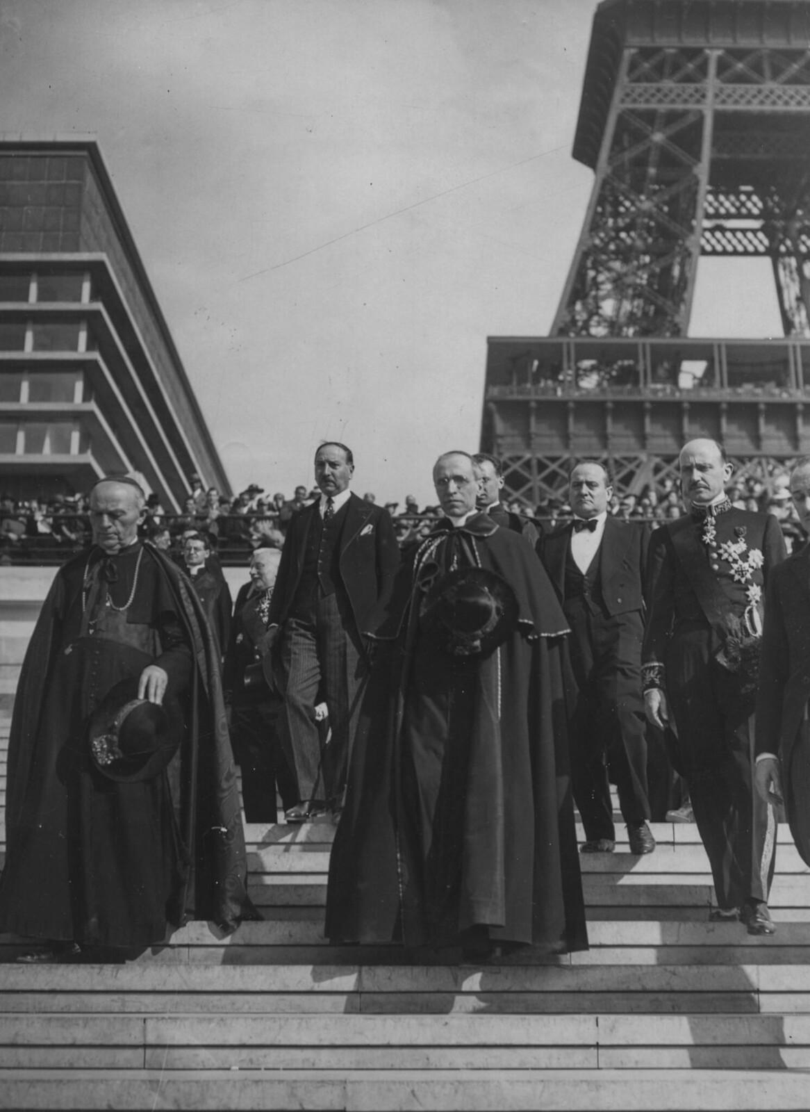 14. 1937. Кардинал Пачелли до своего избрания Папой Пием XII и кардинал Вердье на снимке у Эйфелевой башни с группой официальных лиц
