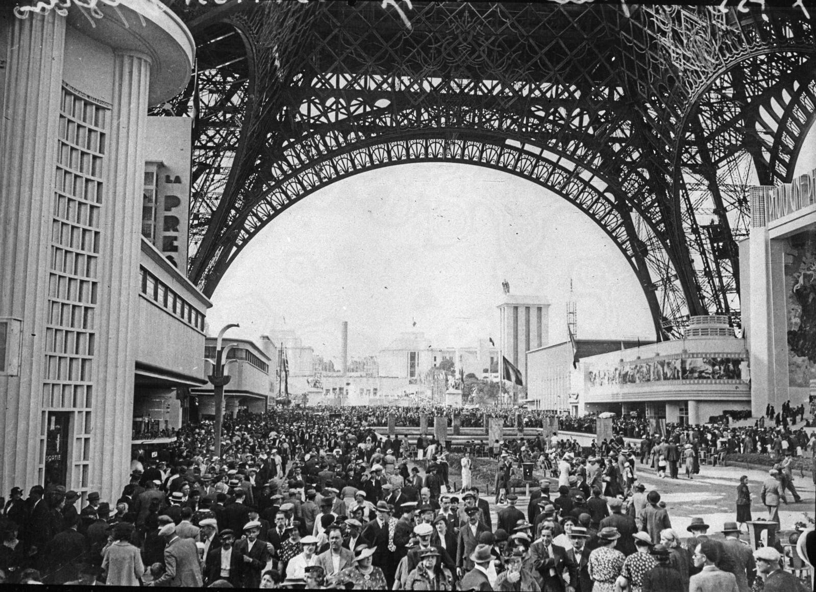 09. 1937. Толпа посетителей под Эйфелевой башней в день открытия Выставки