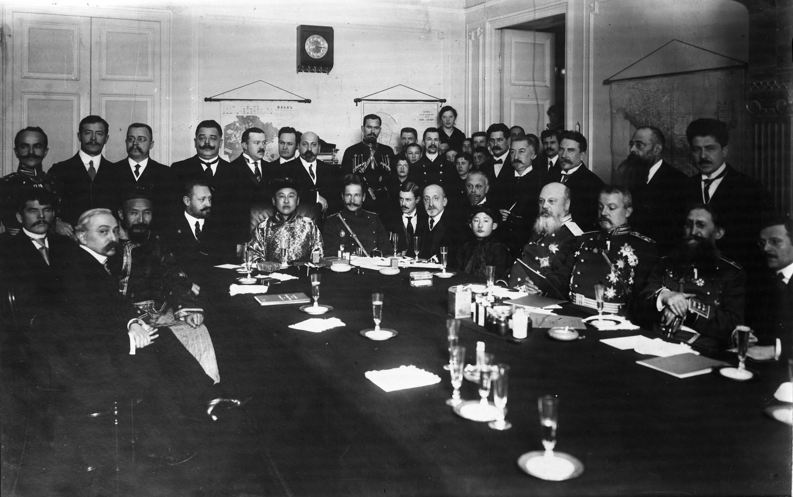 09. 1913. Премьер-министр Монголии Намнансурэн проводит беседу с российскими правительственными чиновниками, Санкт-Петербург