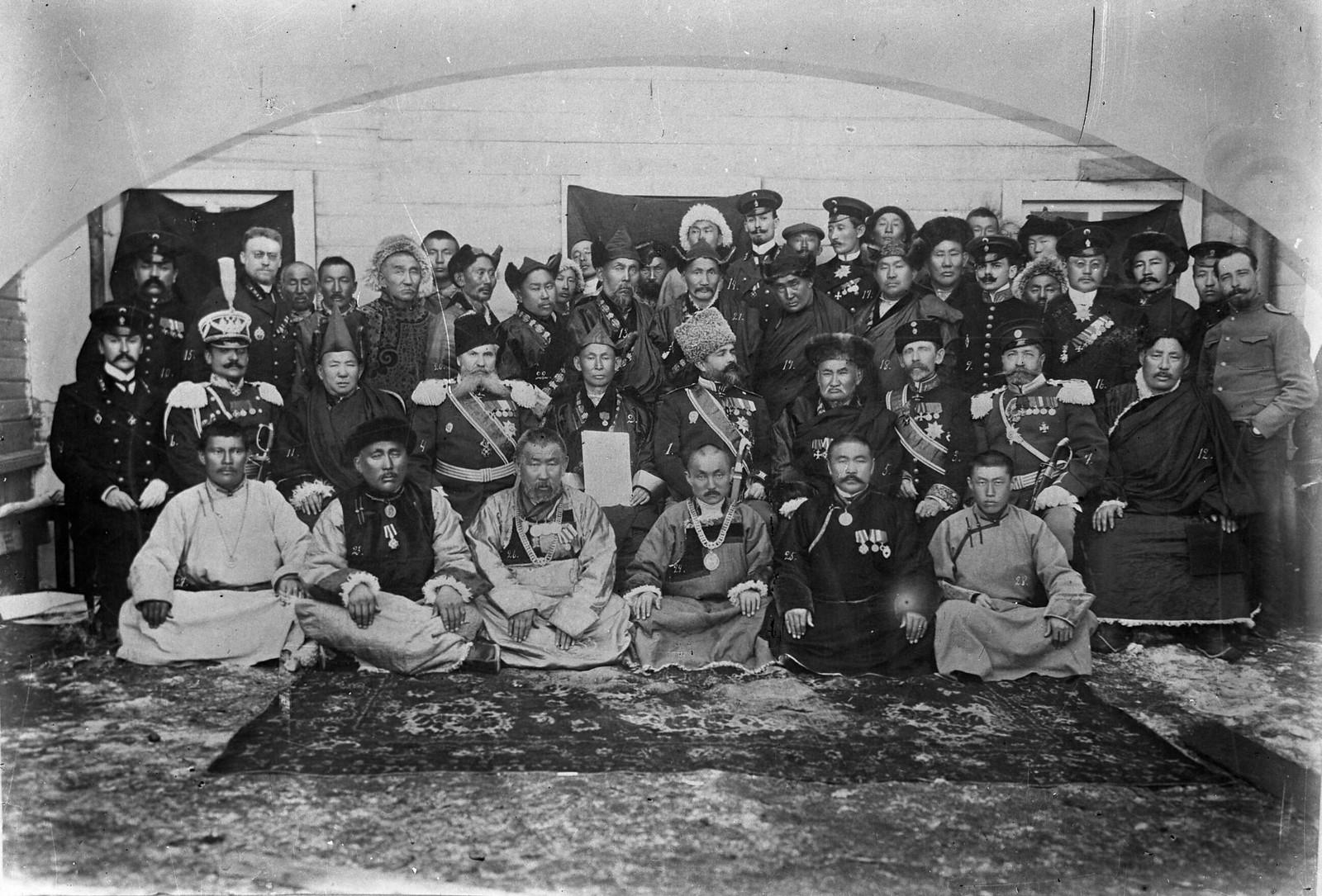 02. 1910-е. Местные бурятские лидеры с офицерами русской армии, Иркутск