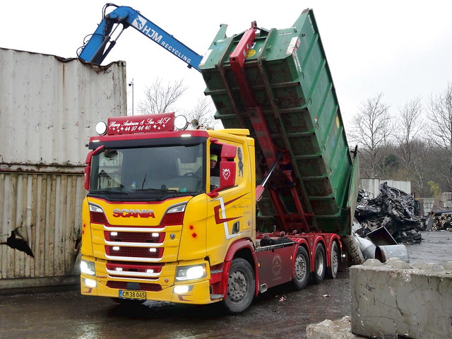 Scania R520 v8 CM38045 tipper dumps scrap metal
