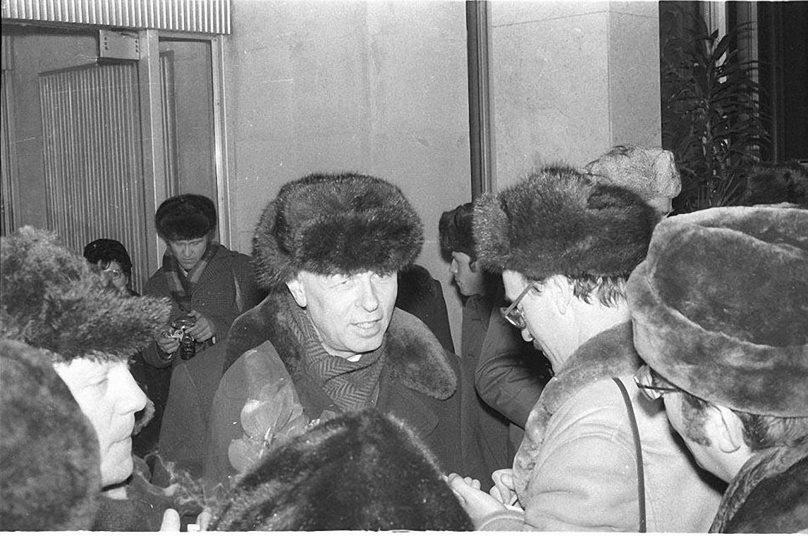 1986. 23 декабря Андрей Сахаров вместе с Еленой Боннэр возвращается в Москву