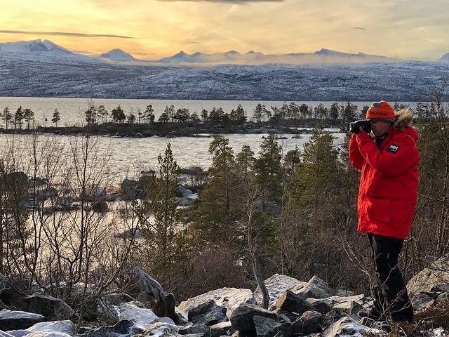 Sele fotografiando en el Parque Nacional Stora Sjöfallet de Laponia Sueca