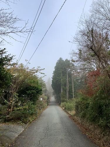 金時登山口方面へ向かう道