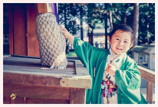 七五三 神社で鈴を鳴らす男の子 5才