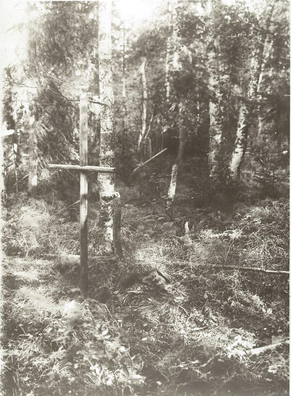 Могила с крестом на кладбище